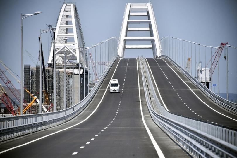 Мостът над Керченския проток е дълъг 19 км, в най-високата си част е 35 метра
