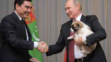 Президентът на Туркменистан подари кученце алабай на Путин
