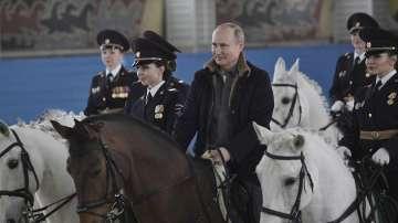 Путин язди кон с полицайки по повод 8 март (СНИМКИ)