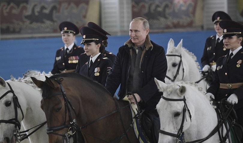 путин язди кон полицайки повод март снимки