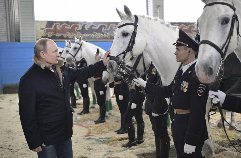снимка 1 Путин язди кон с полицайки по повод 8 март (СНИМКИ)