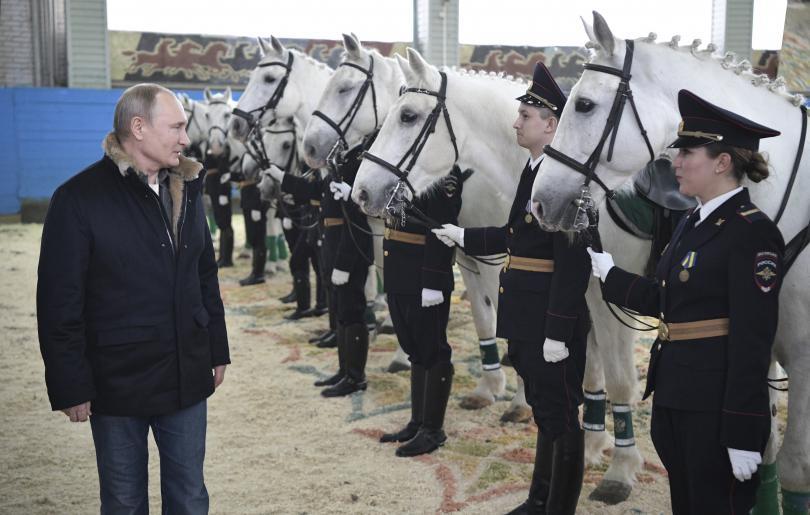 снимка 3 Путин язди кон с полицайки по повод 8 март (СНИМКИ)