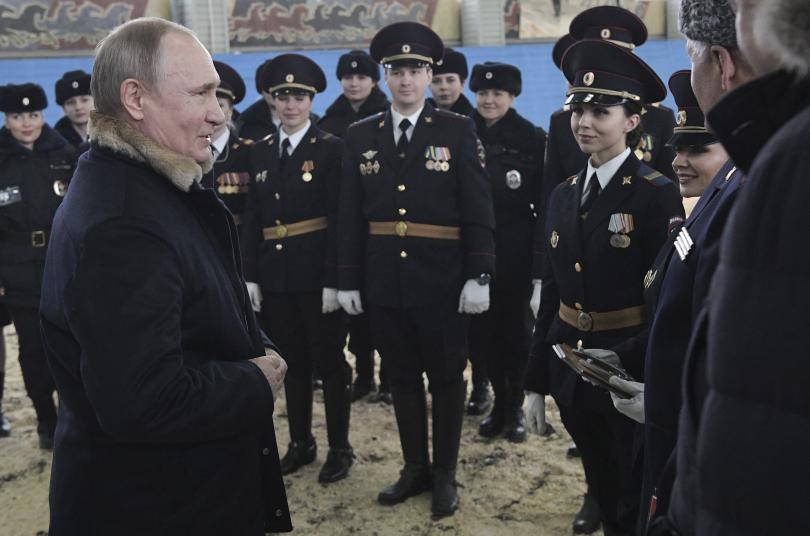 снимка 4 Путин язди кон с полицайки по повод 8 март (СНИМКИ)