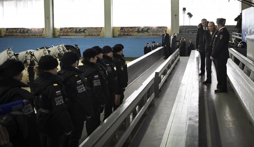 снимка 5 Путин язди кон с полицайки по повод 8 март (СНИМКИ)
