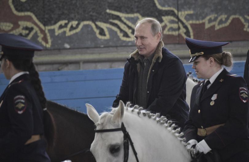 снимка 6 Путин язди кон с полицайки по повод 8 март (СНИМКИ)