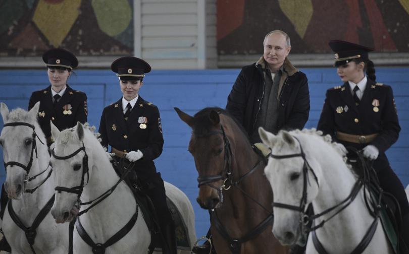 снимка 8 Путин язди кон с полицайки по повод 8 март (СНИМКИ)