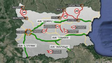 Катастрофи, временно затворени пътища и ограничения в движението заради снега