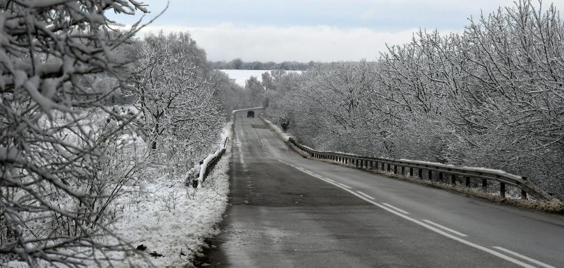 Затварят се някои пътища в страната поради снегонавявания