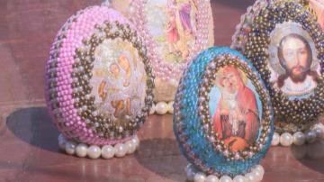 Майсторка на бижута декорира великденски яйца с бисеропластика