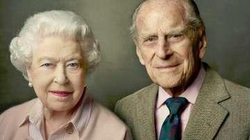 Кралица Елизабет II и принц Филип отбелязват рождените си дни с портрет в розово