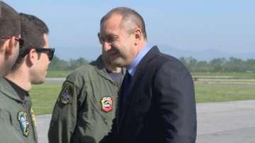 Румен Радев поздрави летателния състав, че пое пътя на риска
