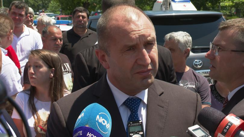 Президентът Румен Радев коментира, че вярва, че Корнелия Нинова знае