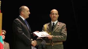 Радев връчи дипломи на отличниците от последния випуск на Военната академия