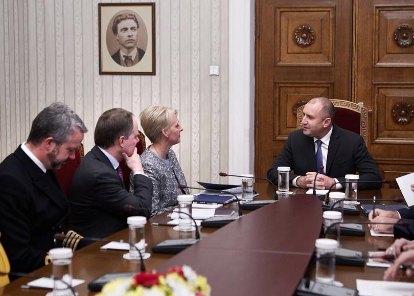 снимка 1 Румен Радев и Ема Хопкинс обсъдиха отбраната и сигурността