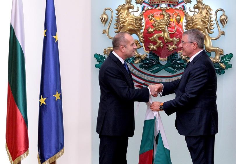 Президентът Румен Радев връчи националния флаг на 28-ата българска антарктическа