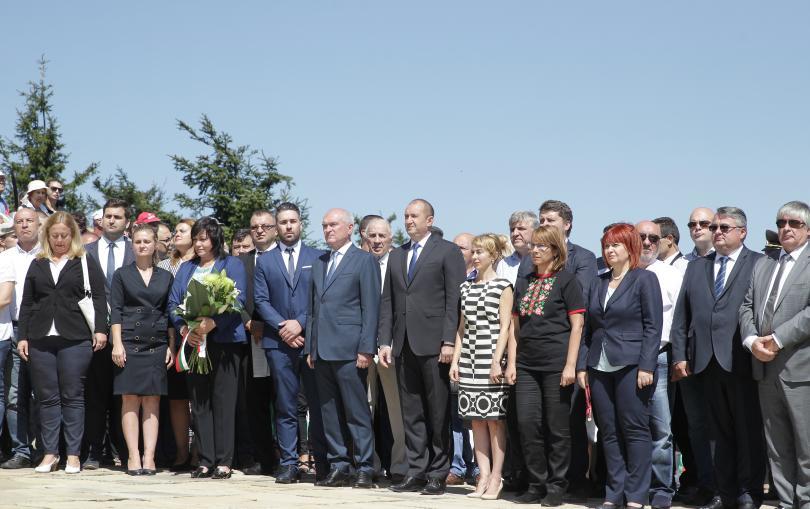 снимка 2 Стотици почетоха паметта на загиналите при боевете на връх Шипка