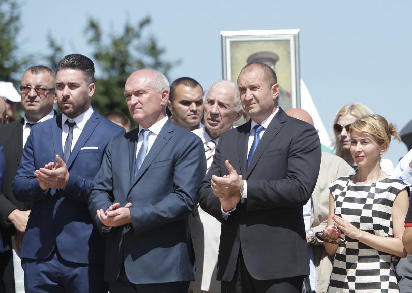 снимка 1 Стотици почетоха паметта на загиналите при боевете на връх Шипка