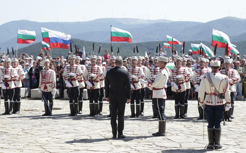 снимка 5 Стотици почетоха паметта на загиналите при боевете на връх Шипка