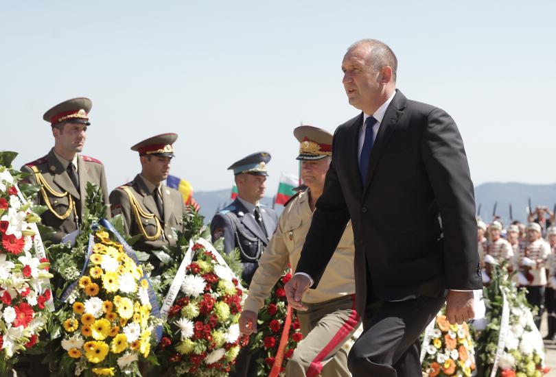 снимка 3 Стотици почетоха паметта на загиналите при боевете на връх Шипка