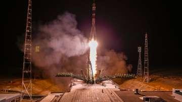 Корабът с руско-американски екипаж се скачи с Международната космическа станция