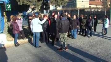 Продължава блокадата на работниците пред обувния завод във Ветрен