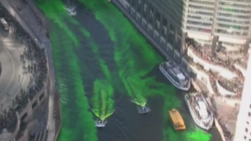 Реката в Чикаго отново позеленя по случай Деня на Свети