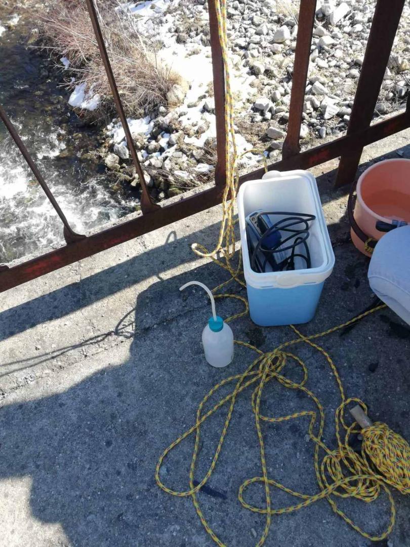 снимка 3 Взимат трета проба за тежки метали от водите на реките Юговска и Чепеларска