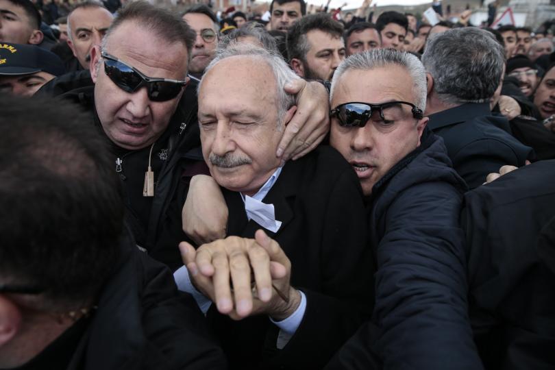 Снимка: Нападнаха лидера на основната опозиционна партия в Турция