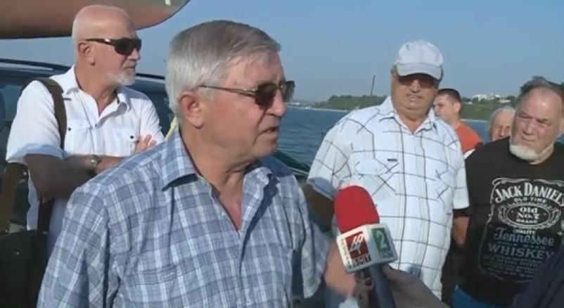 снимка 1 Недоволни рибари протестират заради продадени земи