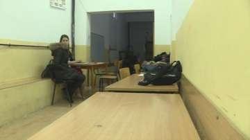 Ученици в село Рибново учат в коридорите, мазето и столовата