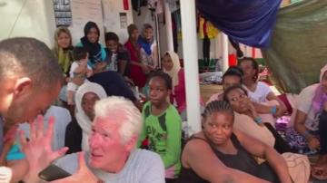 Ричард Гиър се качи на  кораб с мигранти, за да изрази солидарност с тях