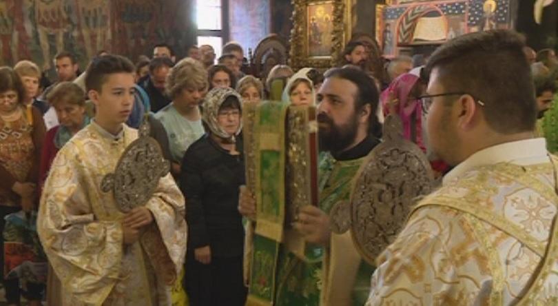 Българската православна църква отбелязва Успение на Свети Иван Рилски. Хиляди