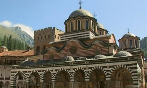 десетки туристи пренощуват рилския манастир заради успение богородично