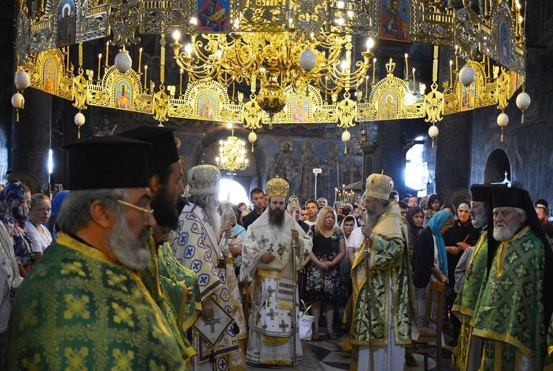 снимка 1 Стотици вярващи се стичат за празника на Рилския манастир