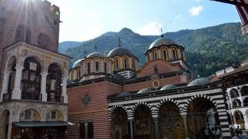 Стотици вярващи се стичат за празника на Рилския манастир