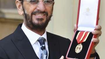 Ринго Стар беше удостоен с рицарско звание в Бъкингамския дворец