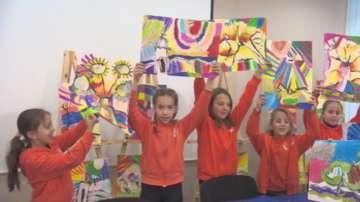 Ученици продават рисунките си благотворително в помощ на онкоболни
