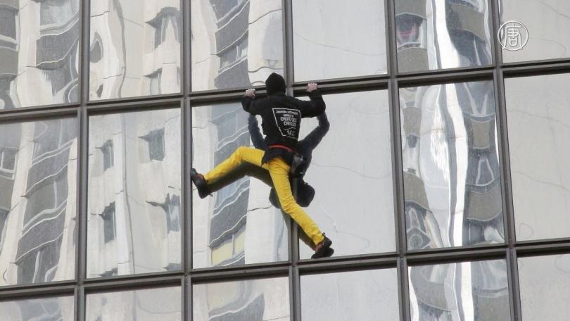 Френският човек-паяк Ален Робер изкачи без предпазни средства и без