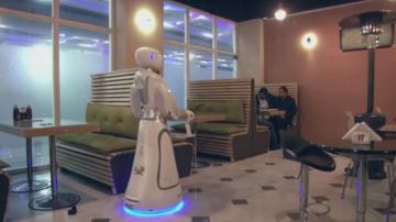 Първият робот-сервитьорка работи в Афганистан