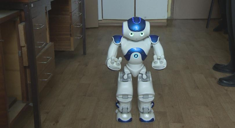роботът роберта помага ученици специални образователни потребности