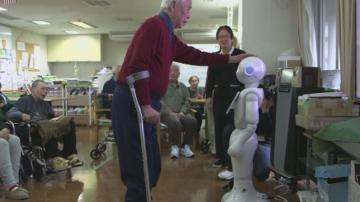 В Япония: Роботи се грижат за възрастни хора