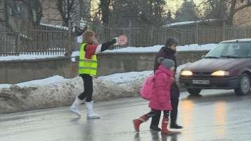 Родители от Бистрица дежурят на пътя, за да пазят децата си