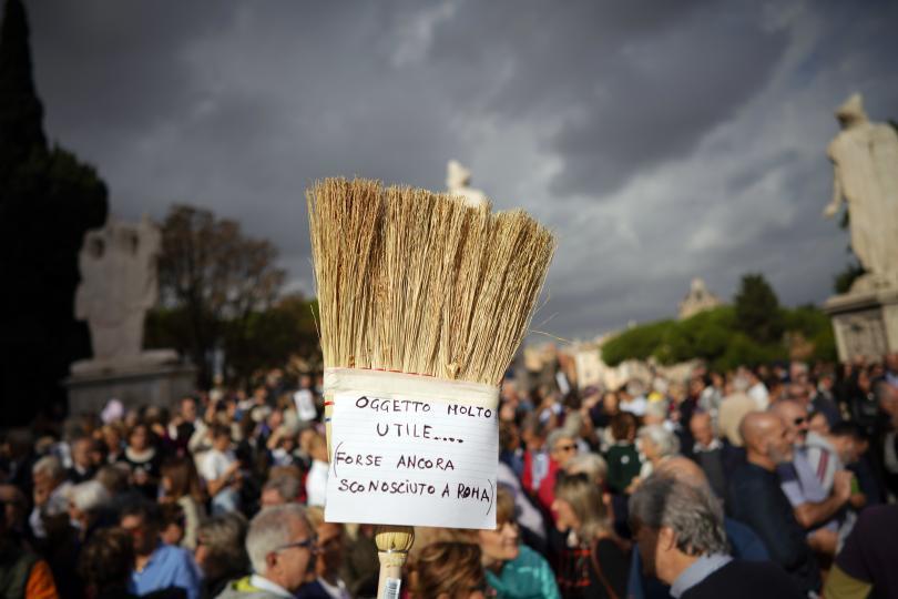 снимка 3 Хиляди граждани поискаха оставката на кмета на Рим