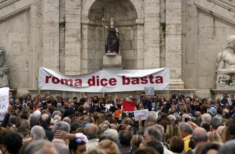 снимка 1 Хиляди граждани поискаха оставката на кмета на Рим