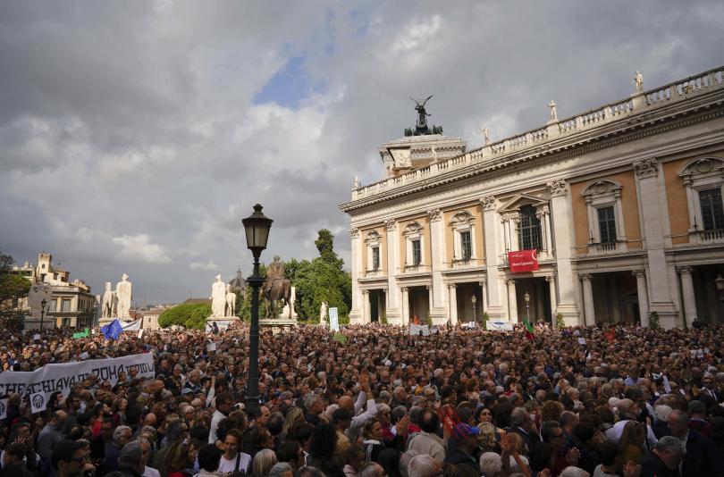 снимка 2 Хиляди граждани поискаха оставката на кмета на Рим
