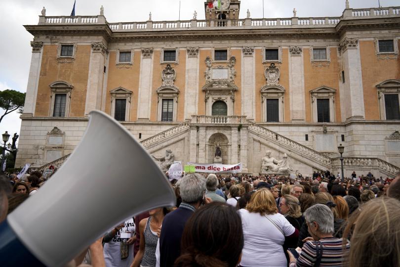 снимка 4 Хиляди граждани поискаха оставката на кмета на Рим