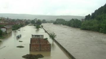 Полицейски екипи охраняват имуществото на евакуираните жители на Роман