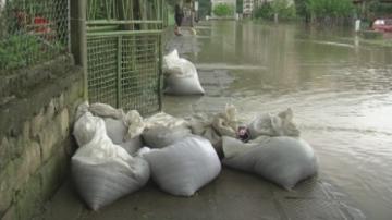 Продължават възстановителните дейности след наводнението в Роман