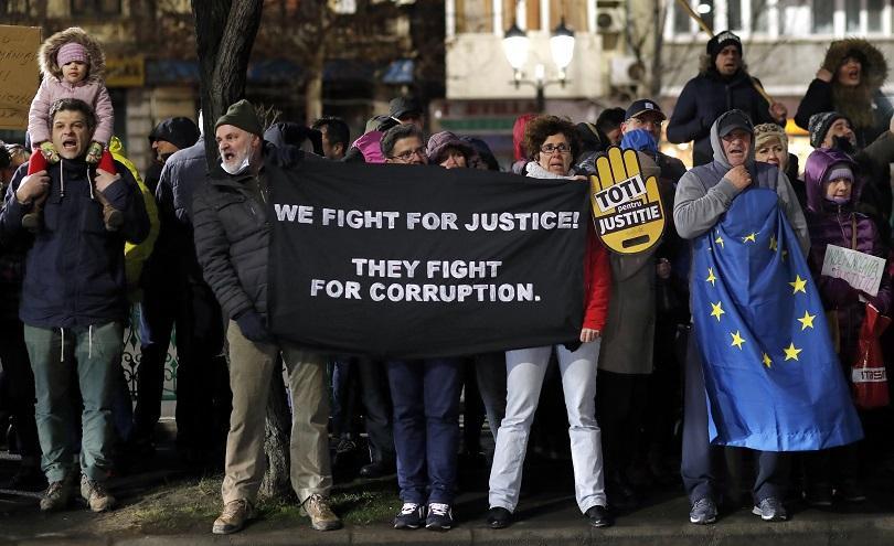 Безпрецедентен протест в Румъния! Съдии и прокурори излязоха на улицата,