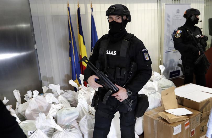 Над 1 тон кокаин беше открит край преобърната лодка в